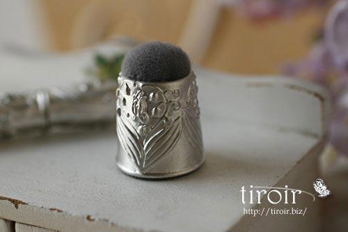 すずらんをモチーフと指ぬきの形が可愛い、クロバー のピンクッション。(ポルトボヌール)