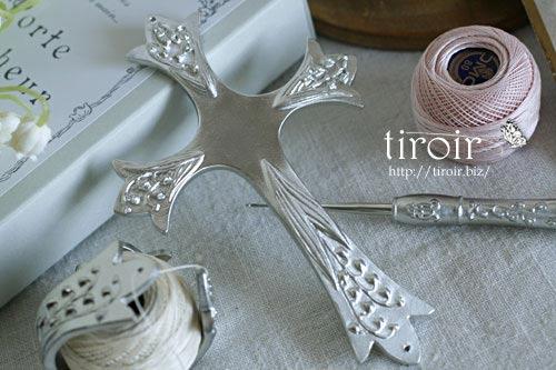すずらんの浮き彫りが美しい、クロバーのレース糸ホルダー。(ポルトボヌール)