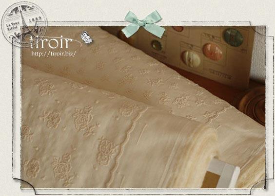 小さなバラや小花柄・片端にはスカラップが施された可愛いルシアンの刺繍生地