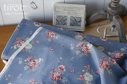 Cabbages & Rosesのバラの花やつぼみが描かれた、moda コットン生地