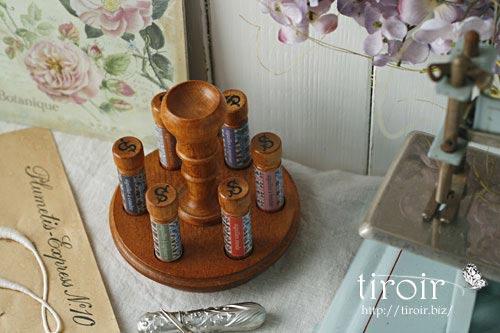 サジュー Sajouの刺繍針や縫い針が入った、木製のニードルケースとホルダー