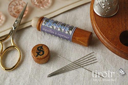Darning針、サジュー Sajouの刺繍針や縫い針が入った、木製のニードルケースとホルダー