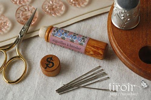 Embroidery針、サジュー Sajouの刺繍針や縫い針が入った、木製のニードルケースとホルダー