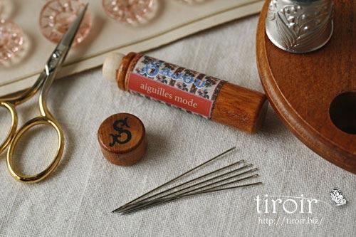Milliners針、サジュー Sajouの刺繍針や縫い針が入った、木製のニードルケースとホルダー