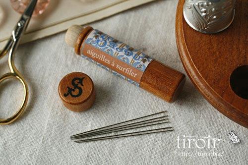 Oversewing針、サジュー Sajouの刺繍針や縫い針が入った、木製のニードルケースとホルダー