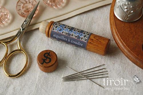 Sewing針、サジュー Sajouの刺繍針や縫い針が入った、木製のニードルケースとホルダー