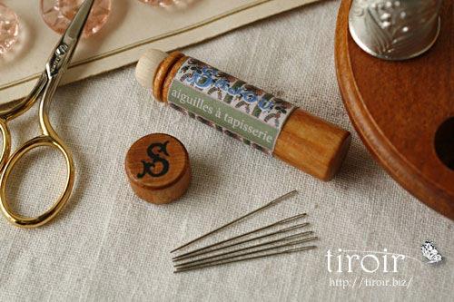 Tapestry針、タペストリー針、サジュー Sajouの刺繍針や縫い針が入った、木製のニードルケースとホルダー