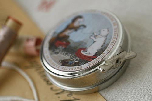 サジュー Sajouのスプリングホックが入ったティン缶【Guilvinec】